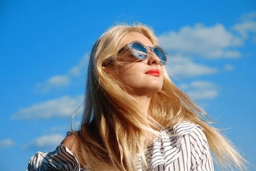 ミラーレンズのサングラスの女性
